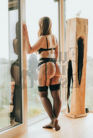 Maitena tantra massage in Arbutus & escort girls